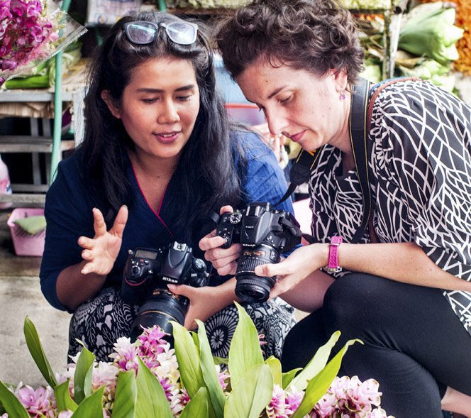 Chiang Mai Photo Workshops Pansa teaching at Warorot market